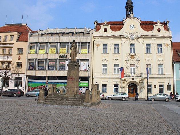 Podle studie by Husovo náměstí vBerouně nabídlo více prostoru pro sezení a odpočinek.