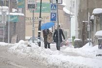 Se sněhem bojovali i řidiči a chodci  v Hořovicích.