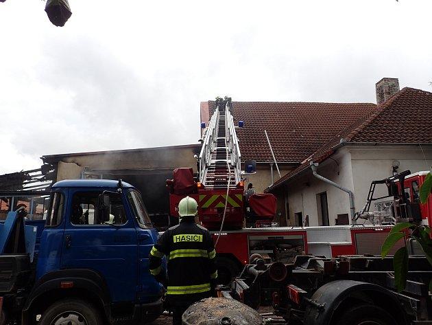 Upožáru autodílny ve Vižině zasahovalo několik profesionálních idobrovolných jednotek hasičů.
