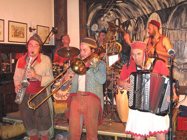 Skupina Sergent Pépére s sebou přivezla francouzskou směsici jazzu, cirkusové, balkánské a orientální hudby