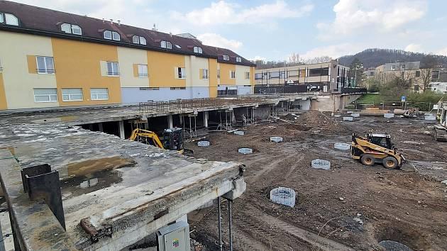 Výstavba nového bytového domu v ulici V Hlinkách v Berouně.
