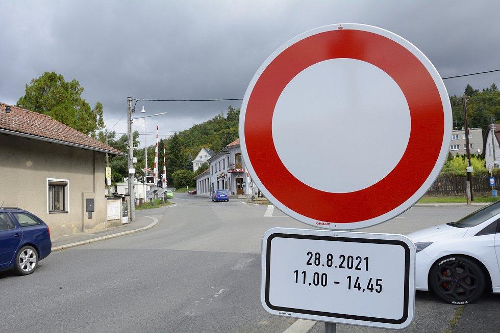 Uzavírka silnice v Nižboru kvůli L'Etape by Tour de France.