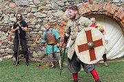 Šermířská utkání z drsného středověku, dobové stánky a další historické zajímavosti si v sobotu užili návštěvníci hradu Točník.