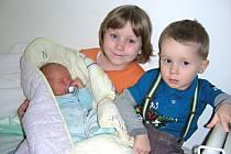 Sourozenci Nelinka (5) a Pátíček (2 r. 3 měs.) chovají v náručí brášku Ondřeje, který se narodil 23. března 2015 manželům Ivaně a Pavlovi Vacíkovým. Ondráškovy porodní míry byly 3,72 kg a rovných 50 cm. Rodinka má domov v Hudlicích.
