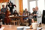Čarodějnickou oslavu bez ohně, ale zato s posezením u kávy, perníku a muziky skupiny Stopaři zažili v pondělí klienti Domova seniorů TGM v Berouně.