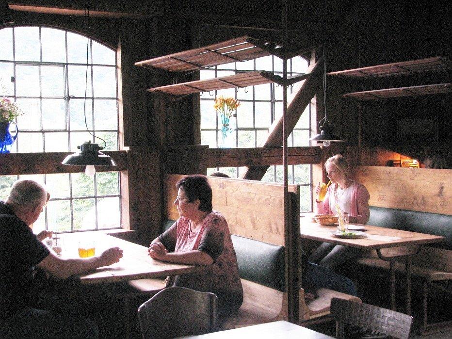 Bývalou nádražní budovu v Nižboru proměnil Tomáš Hanák ve výletní restauraci