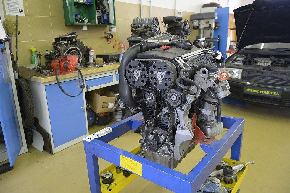 Z odborného výcviku na Středním odborném učilišti Beroun-Hlinky: jednou ze zkoušek je i výměna rozvodů na motoru.