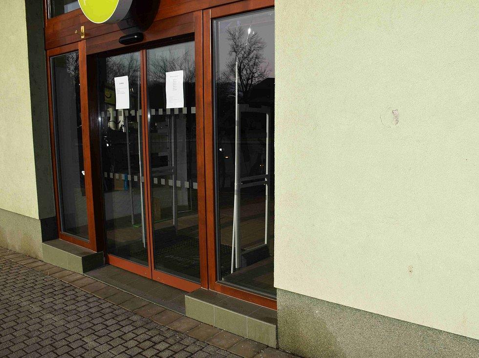 Poškozená omítka u prodejny cyklistických potřeb v Havlíčkově ulici v Berouně.