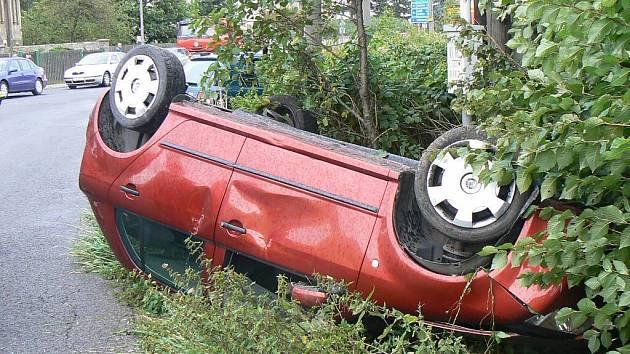 Řidič převrátil v Hořovicích na střechu fábiii