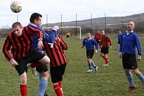 V úvodním jarním kole fotbalové III.A třídy se střetly celky Vižiny (v modrém) a Nižboru B (v červenočerném).