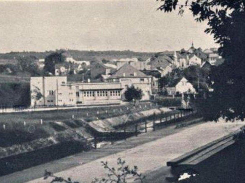 Fotografie z roku 1943 zachytila tehdejší podobu Společenského domu v Hořovicích.
