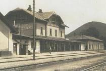 Reprezentativním nádražím disponoval také Karlštejn. Budova až na několik detailů zachovala téměř nezměněná.