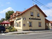 V budově obecního úřadu je dnes po další rekonstrukci restaurace.