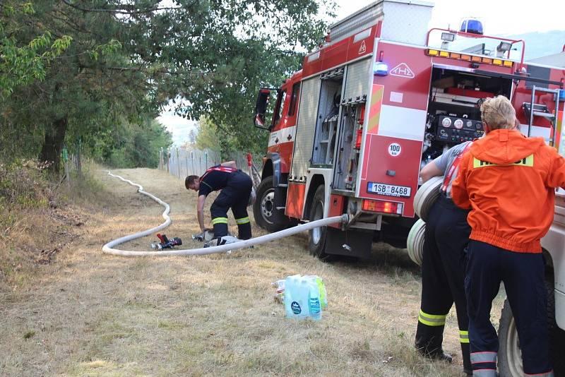 K požáru lesa u obce Chodouň o rozloze zhruba až pět hektarů museli hasiči přivolat vojenský vrtulník.