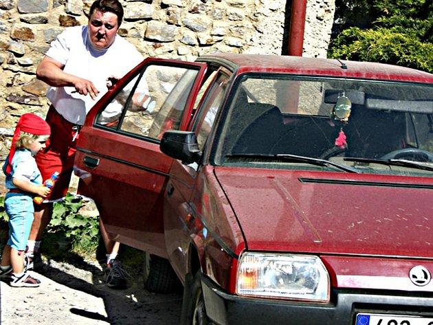 Řidiči velmi často zapomínají na zabezpečovací zařízení. Ve starších typech aut elektronické zabezpečovací zařízení není vůbec.
