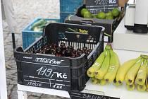 Trhovci na berounském Husově náměstí nabízejí několik druhů ovoce, většinou je dovezené ze zahraničí.