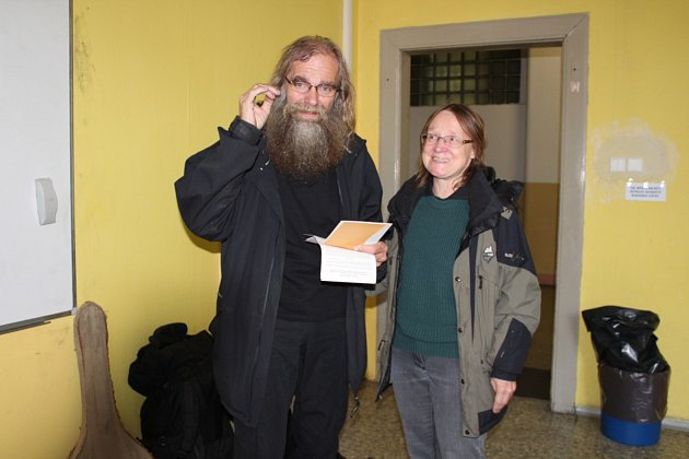 Manželé Choceňovi přišli do volební místnosti skytarou a dvěma krosnami.