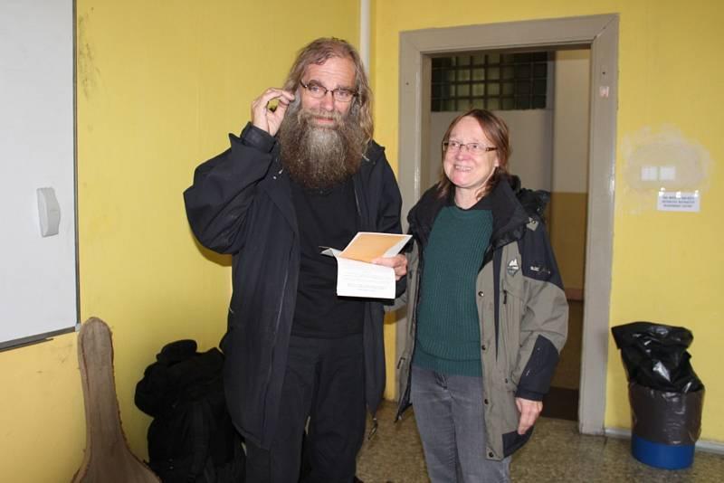 Manželé Choceňovi přišli do volební místnosti s kytarou a dvěma krosnami.