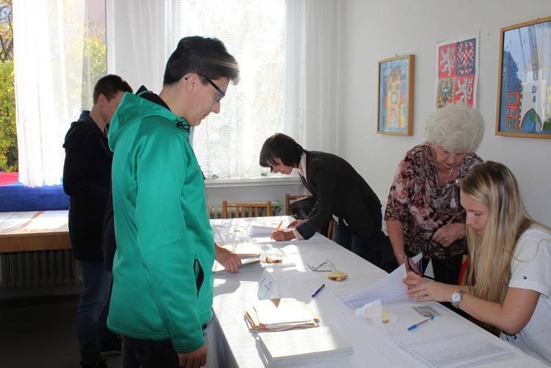 Začaly volby do Poslanecké sněmovny Parlamentu České republiky. Zhruba sedmdesát tisíc voličů tak dostalo šanci ovlivnit politické dění ve své zemi. Z toho v Berouně jich je 14 500.