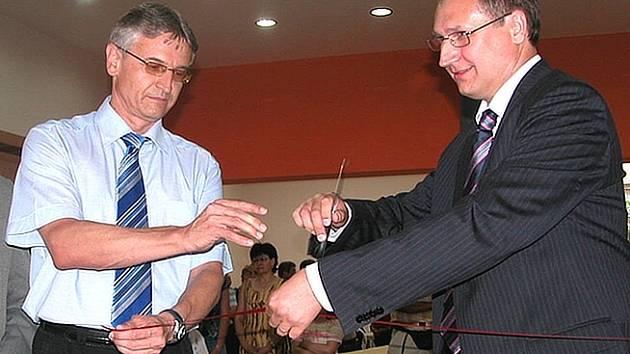 Zrekonstruované prostory kulturního domu slavnostně otevřel starosta města Miroslav Holotina s místostarostou Richardem Dolejšem (vpravo).