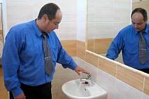 Ředitel Evžen Krob loni v králodvorské základní škole ukazoval nové dívčí toalety. Letos by rekonstrukce měla čekat chlapecké záchody.
