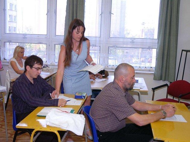 Petra Spoustová ze Střední odborné školy cestovního ruchu Beroun rozdává studentům nástavbového studia témata písemných prací.