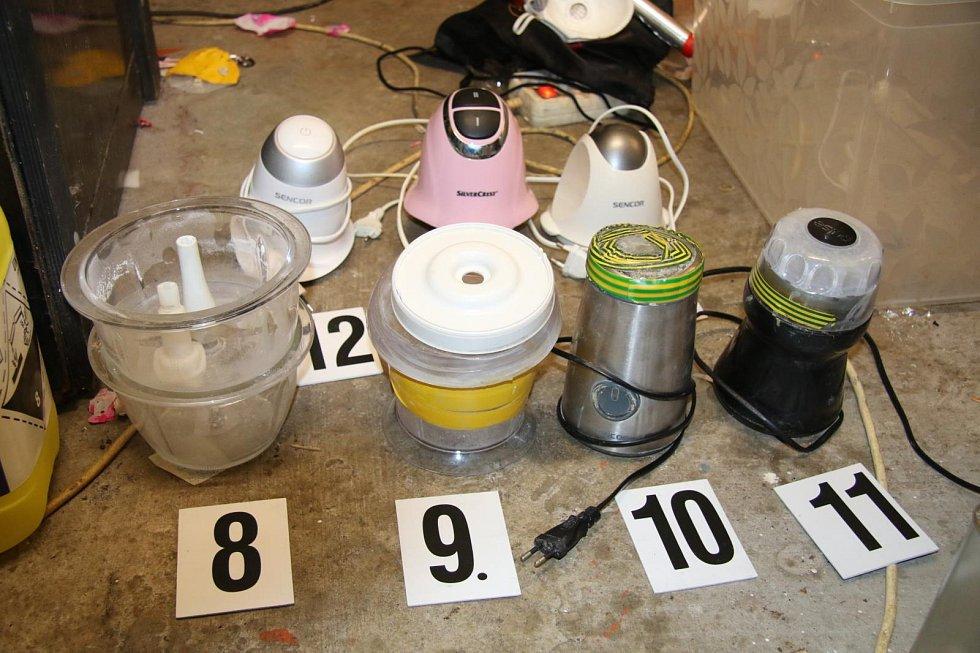 Kriminalisté zadrželi pětici osob při výrobě pervitinu.