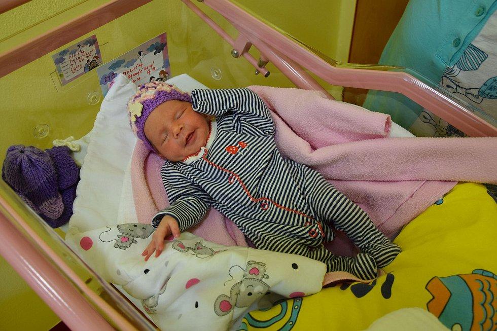 Monika Macháčková se Monice Klapačové a Petru Macháčkovi narodila v benešovské nemocnici 9. července 2021 v 9.13 hodin, vážila 2630 gramů, měřila 48 centimetrů. Rodina bydlí ve Voticích.