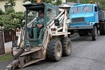 V Novém  Jáchymově  byla zahájena rekonstrukce vodovodní sítě přímo   v hlavní komunikaci. Aby nemusela obec silnici zcela uzavřít,  přistoupila ke změně technologie.