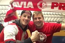 David Novák (vlevo) s bratrem Petrem v Seville jako fanoušci Slavie.