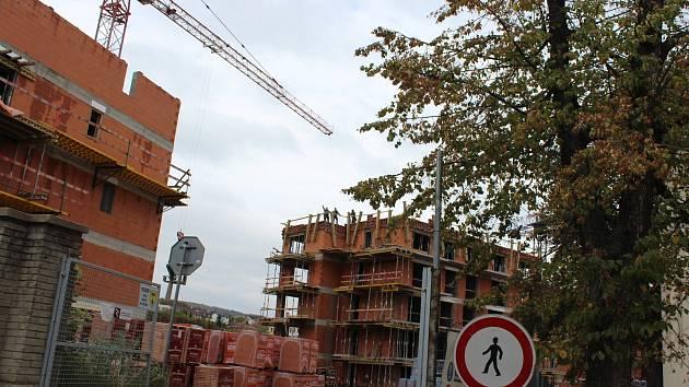 V areálu bývalých kasáren i na dalších místech Berouna se staví ve velkém nové bytové domy. Město investuje do rozšíření kapacit mateřských škol.