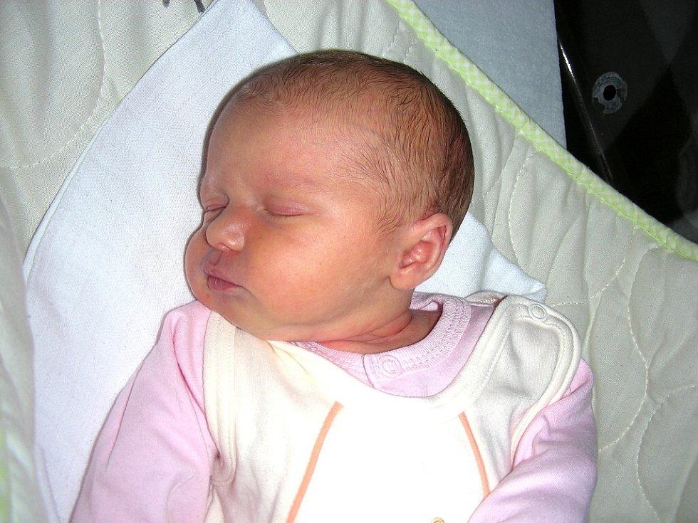 """Klaudie Martínková spatřila prvně světlo světa 10. ledna 2014, vážila 3,24 kg, měřila rovných 50 cm a je o 1 rok, 1 měsíc a 1 den mladší než její sestřička Rozálie (13 měsíců). Rodiče Pavla a Michal si svoje """"neplánované štěstí"""" odvezou do Všenor."""