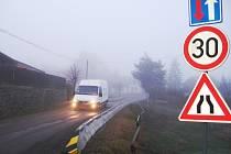 Pozor na zúženou vozovku v Lážovicích