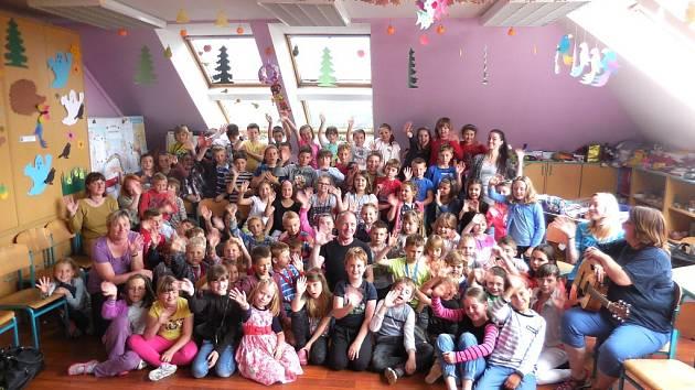 Děvčata a chlapci ze ZŠ Závodí si zahráli Otesánka s hercem a moderátorem Ottou Tesařem.
