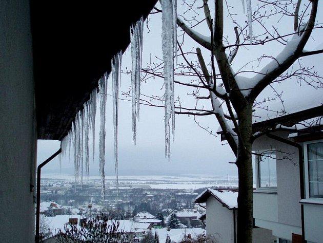Hasiči musejí odstraňovat z budov nebezpečné rampouchy a těžký sníh.