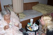 Asistensti pomáhají seniorům i v jejich přirozehném, domácím prostředí
