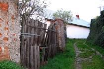 Na přítomnost neznámých chemikálií v obci upozornili v červnu občané Lážovic.  Olejové skvrny se objevily u obecní cesty
