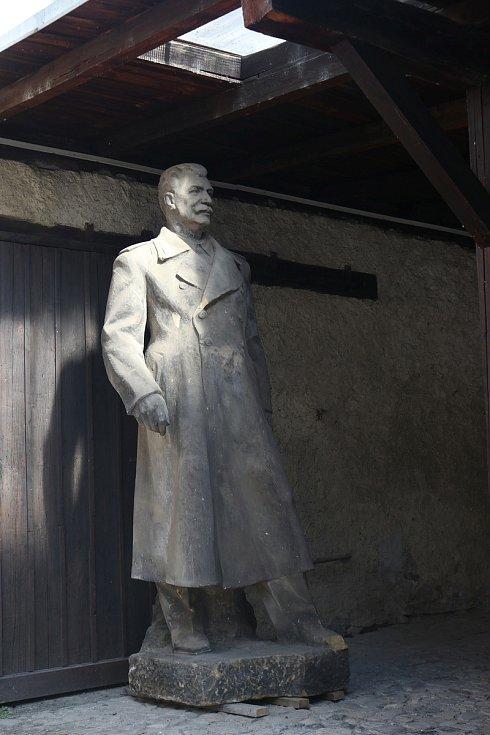 Stěhování sochy J. V. Stalina.