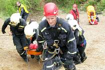 Záchranáři v akci v lomu Velká Amerika u Mořiny