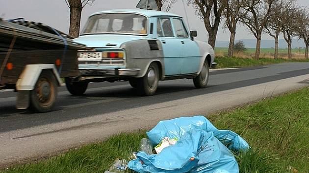 Silničáři uklízeli i na trase z Hostomic do Radouše. Pytle plné odpadků budou sváženy hromadně. Zatím leží u silnic.