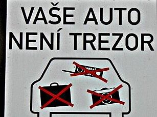 Na hrozící nebezpečí upozorňují motoristy na mnohých parkovištích i výstrašné cedule. Ti se jimi ale často neřídí.