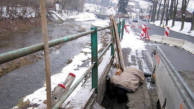 Propadlá vozovka u Červeného potoka v Hořovicích