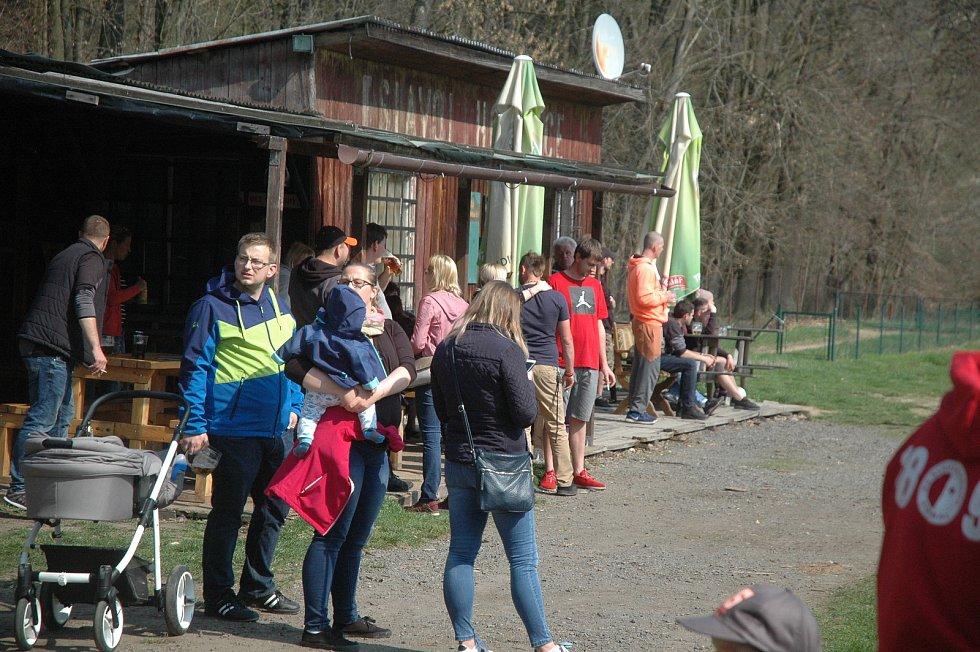 V souboji o první místo v B skupině čtvrté třídy vyhrály Praskolesy (v oranžovém).