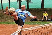 Žebrácký Michal Müller útočí na síti. Jeho tým se s Kleštěnicí ve čtvrtém kole rozešel smírně 5:5.