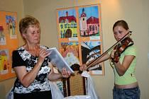 Vernisáž zpestřila Veronika Košatová, která zahrála na housle.