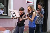 Žáci a učitelé ze ZUŠ Václava Talicha muzicírovali a tančili v atriu.