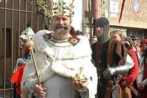 Císaře Karla IV. bude v Karlštejně provázet početná družina. Návštěvníci se mohou těšit na velmi zajímavý program