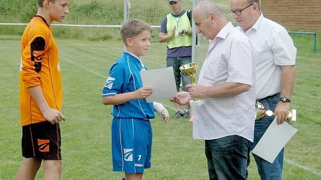 Jan Knotek předává cenu Královu Dvoru