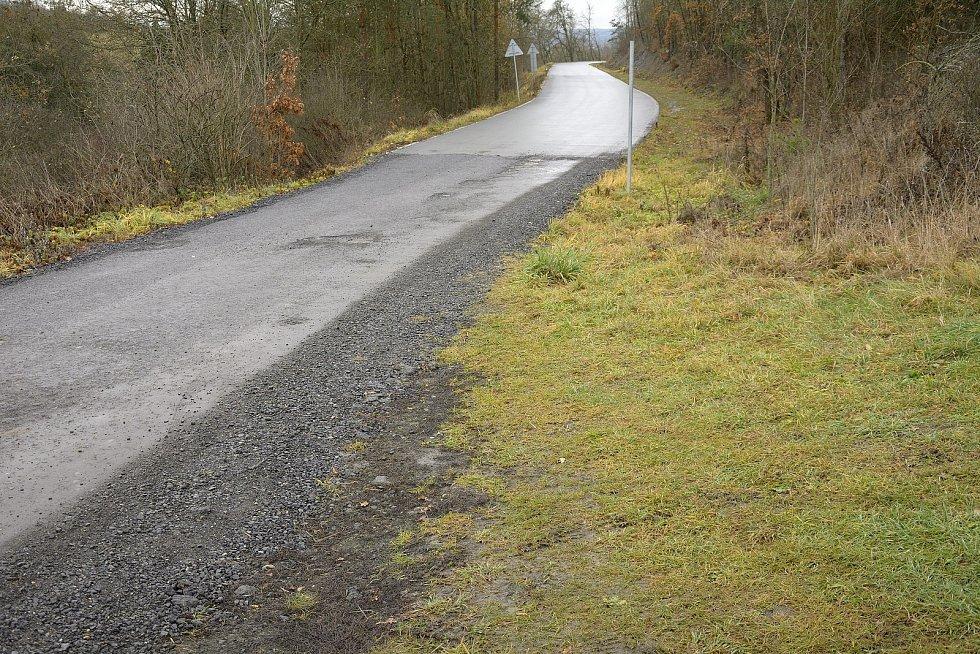 Místo spojovací komunikace, kde končí pevný asfaltový povrch.