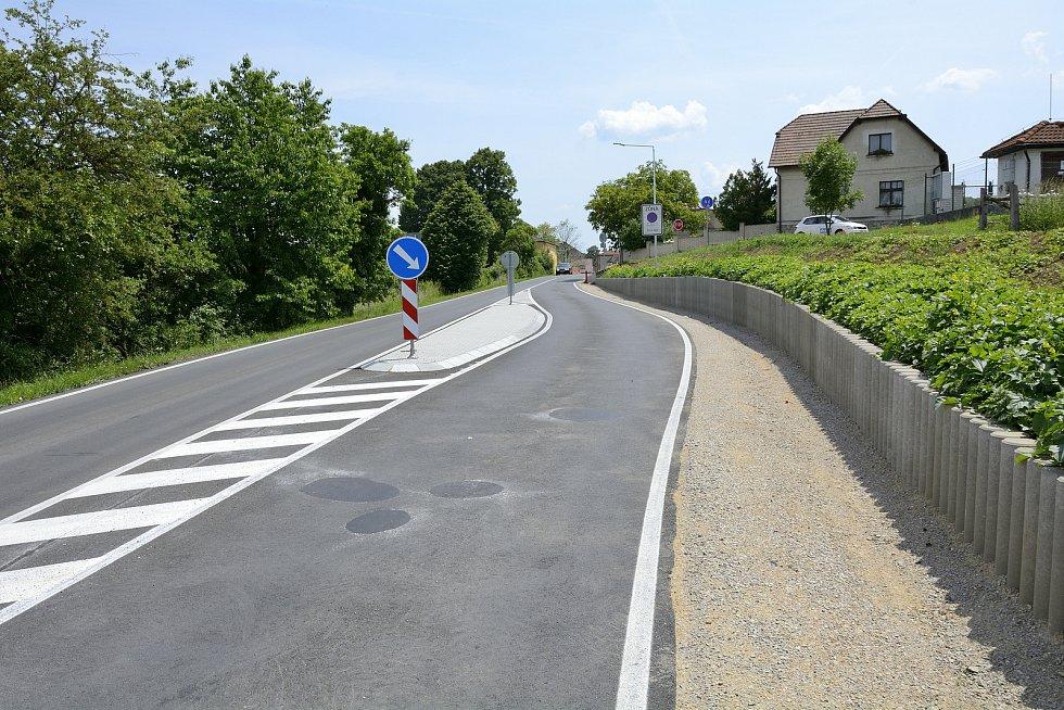 Zpomalovací část, která zajistí, že auta nebudou do obce vjíždět moc rychle.